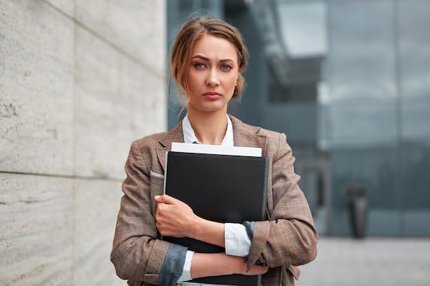 Uomo d'affari riuscito della donna della donna di affari all'aperto