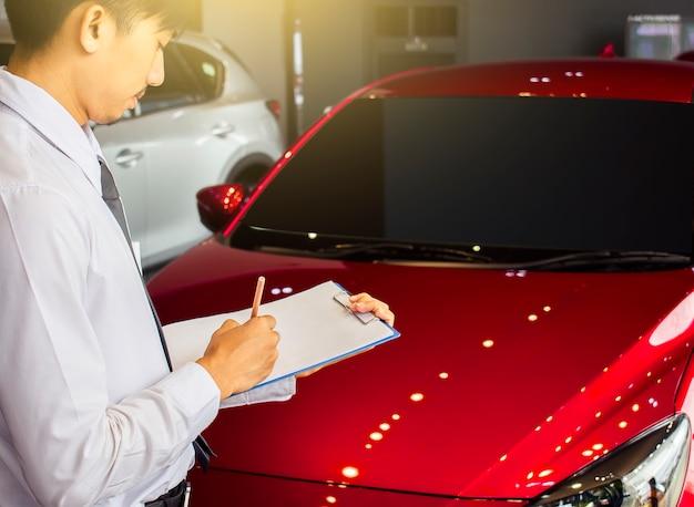 Uomo d'affari saleman ispezione aziendale scritta sul blocco note o libro,
