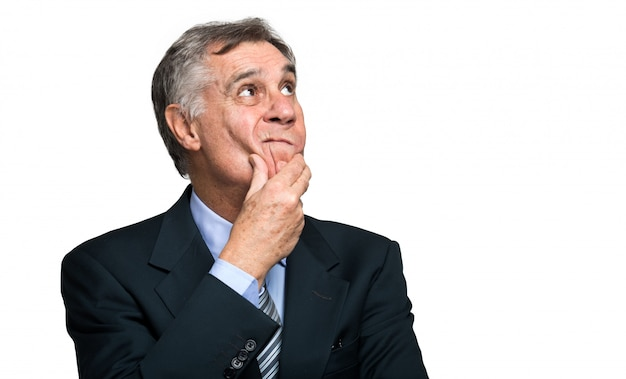 Uomo d'affari scettico isolato su sfondo bianco