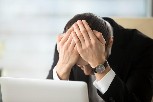 Uomo d'affari scioccato a causa della bancarotta della compagnia