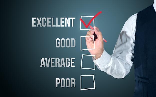Uomo d'affari seleziona felice sulla lista di valutazione di soddisfazione