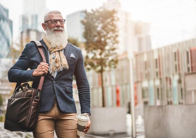 Uomo d'affari senior che cammina per lavorare
