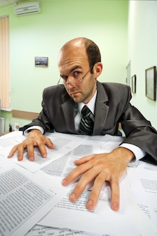 Uomo d'affari serio che lavora in ufficio