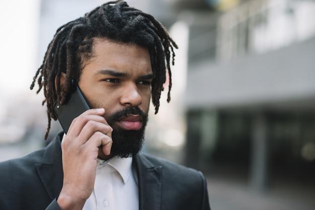 Uomo d'affari serio che parla sul telefono