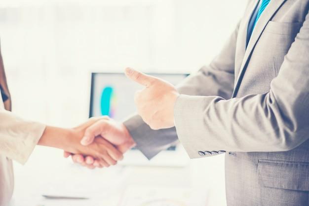 Uomo d'affari si stringono la mano durante una riunione in ufficio, successo, affare