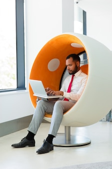 Uomo d'affari sicuro che lavora al computer
