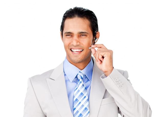 Uomo d'affari sicuro con auricolare