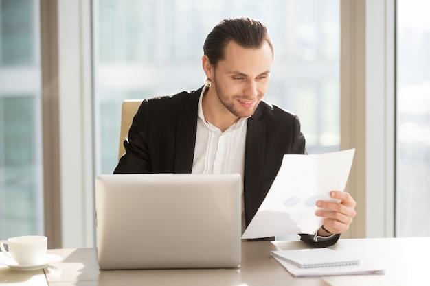Uomo d'affari soddisfatto dei risultati finanziari della società