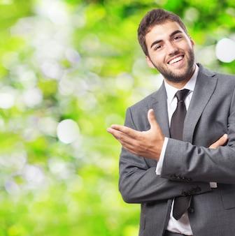 Uomo d'affari sorridente accogliente qualcuno