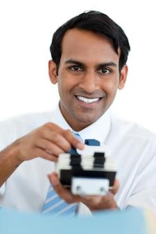 Uomo d'affari sorridente che cerca l'indice
