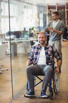 Uomo d'affari sorridente di handicap in ufficio creativo