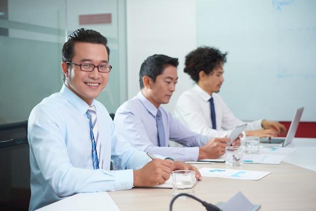 Uomo d'affari sorridente