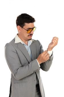 Uomo d'affari speciale con occhiali vintage e abito grigio
