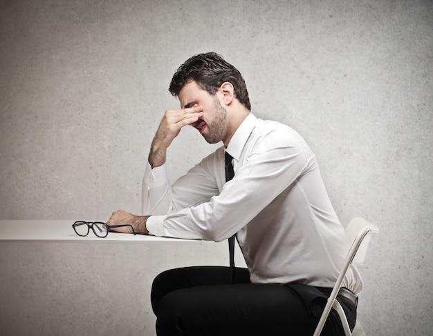 Uomo d'affari stanco che ha difficoltà