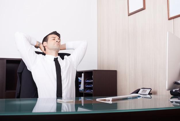 Uomo d'affari stanco che lavora nell'ufficio