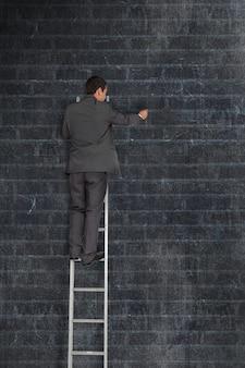 Uomo d'affari su una scaletta