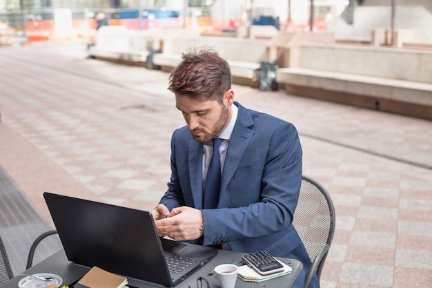 Uomo d'affari su una terrazza