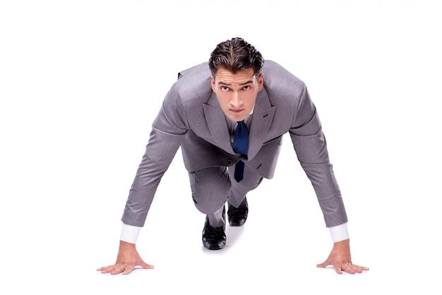 Uomo d'affari sull'inizio pronto per correre isolato su bianco