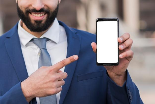 Uomo d'affari tenendo mobile