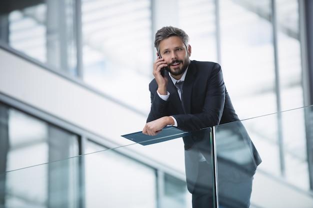Uomo d'affari tramite cellulare
