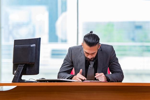 Uomo d'affari triste che si siede nell'ufficio