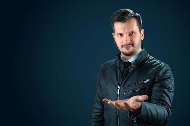 Uomo d'affari, un uomo allunga il palmo della sua mano