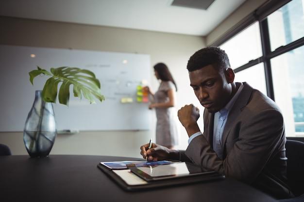 Uomo d'affari utilizzando la tavoletta digitale