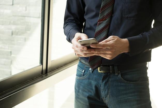 Uomo d'affari utilizzando lo smartphone.
