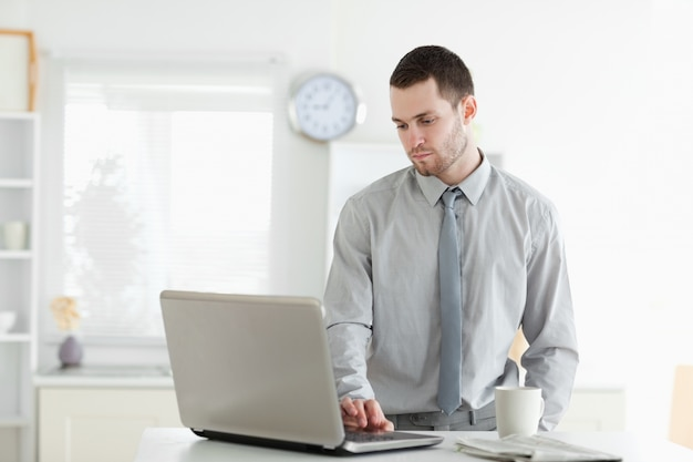 Uomo d'affari utilizzando un computer portatile