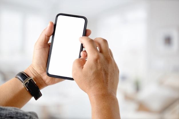 Uomo d'affari utilizzando un telefono cellulare. smart phone con schermo bianco per montaggio di display grafico.