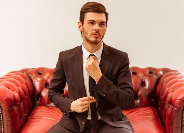 Uomo d'affari vestito in abito classico.