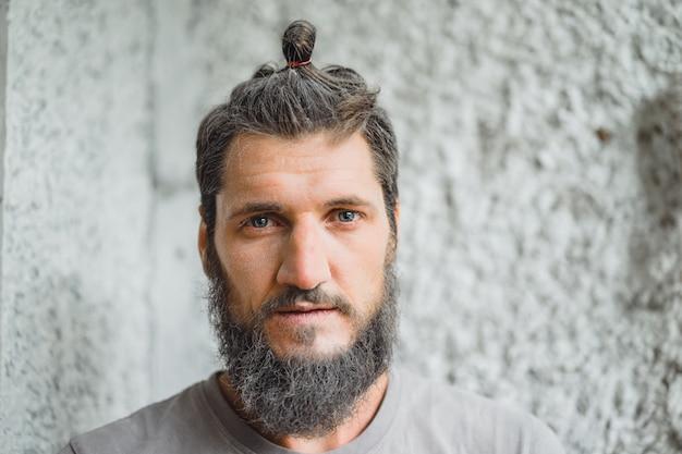 Uomo dai capelli grigi