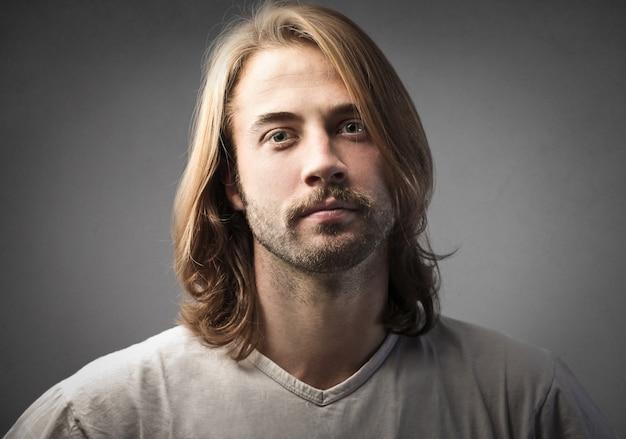 Uomo dai capelli lunghi con barba