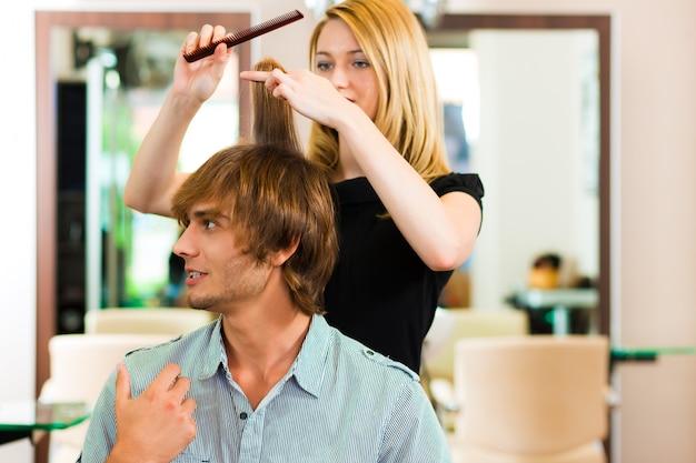 Uomo dal parrucchiere