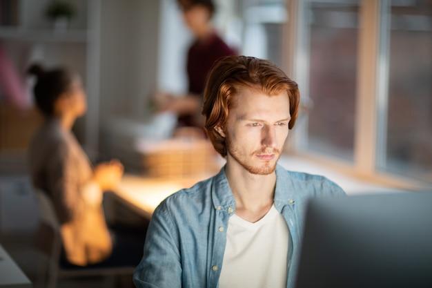 Uomo davanti al computer