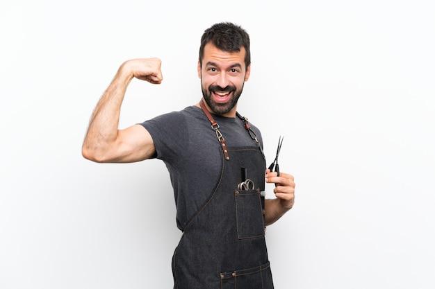 Uomo del barbiere in un grembiule che fa gesto forte