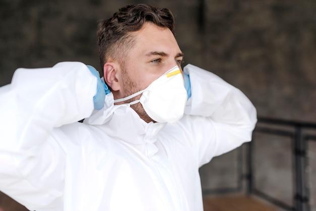 Uomo del colpo medio che mette sulla maschera