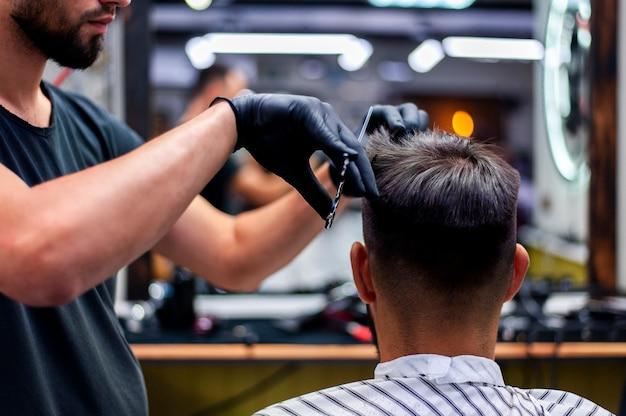 Uomo del colpo medio che ottiene un taglio di capelli