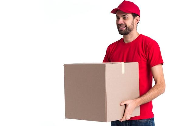 Uomo del corriere che tiene una grande scatola di consegna