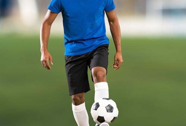 Uomo del giocatore di football americano africano ad all'aperto