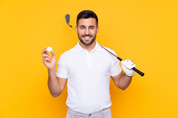 Uomo del giocatore di giocatore di golf sopra la parete gialla isolata che sorride molto