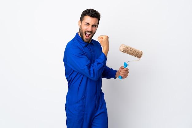 Uomo del pittore che giudica un rullo di pittura isolato su bianco che fa forte gesto