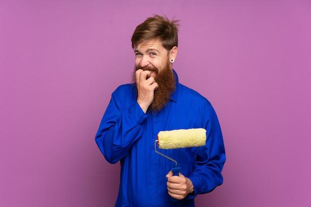 Uomo del pittore con la barba lunga nervoso e spaventato