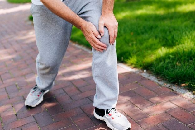 Uomo del primo piano che avverte dolore al ginocchio