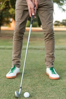 Uomo del primo piano che gioca golf