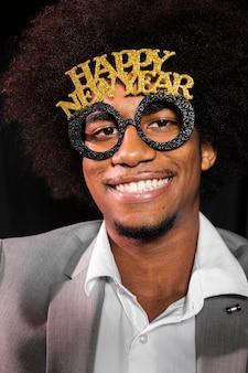 Uomo del primo piano che indossa gli occhiali di un partito del buon anno 2020