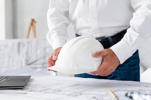 Uomo del primo piano che lavora al progetto architettonico