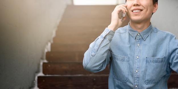Uomo del primo piano che parla sopra il telefono