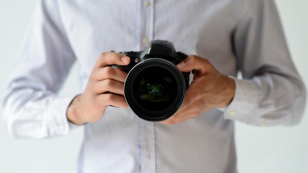 Uomo del primo piano con la macchina fotografica