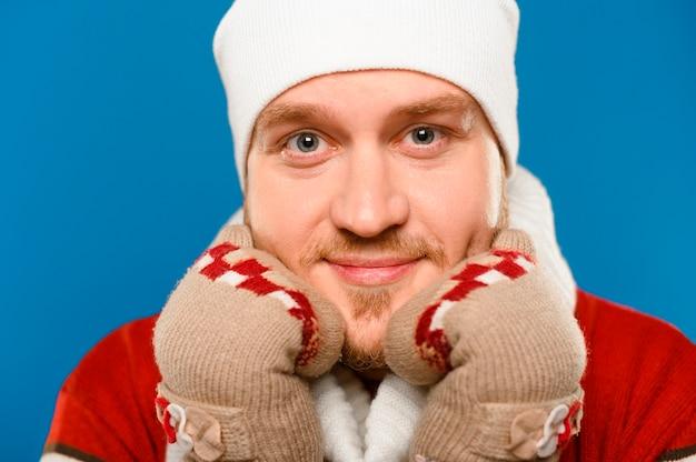 Uomo del primo piano in vestiti di inverno che esaminano macchina fotografica